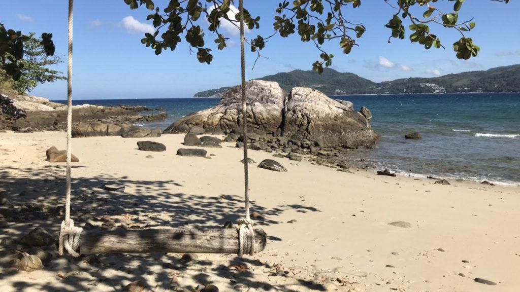 ブランコがあるプーケットのビーチ
