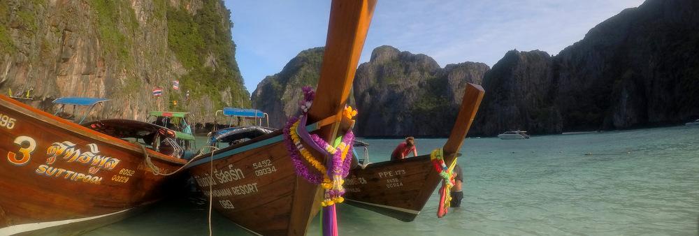 ピピ島マヤベイのロングテールボート