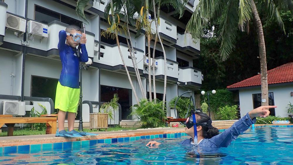 プールサイドで入り方の練習
