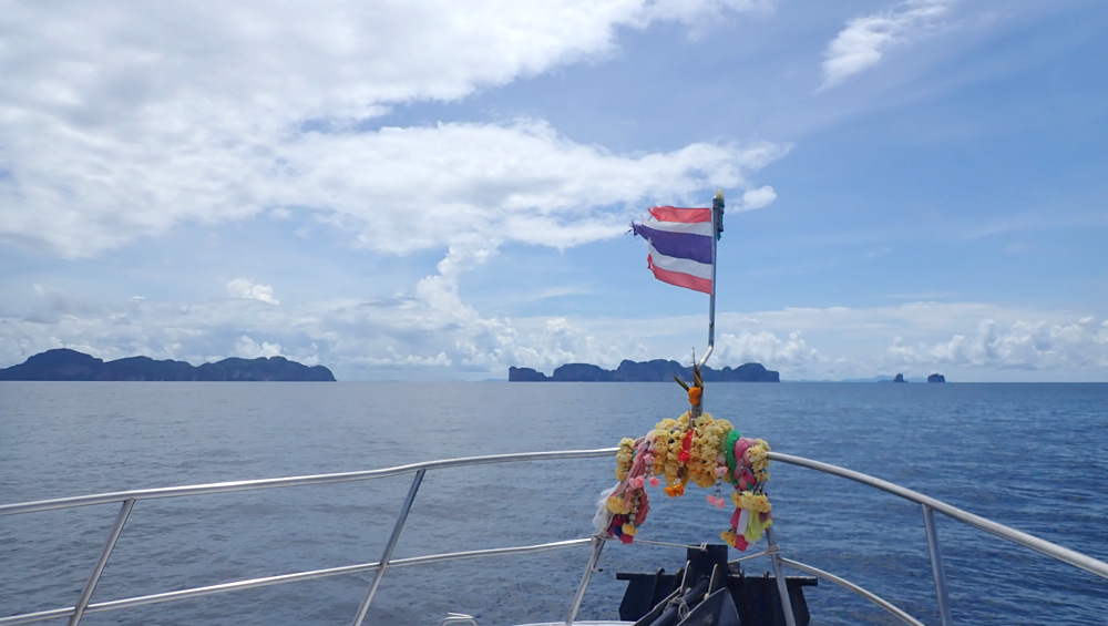 ピピ島へ向かうボート