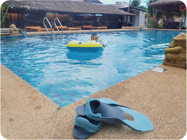 プールで子供のダイビング
