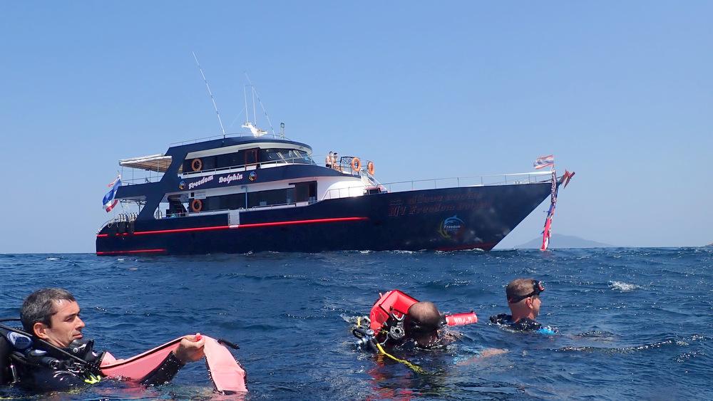 2021/02/18 ラチャノイ島のダイビングボート