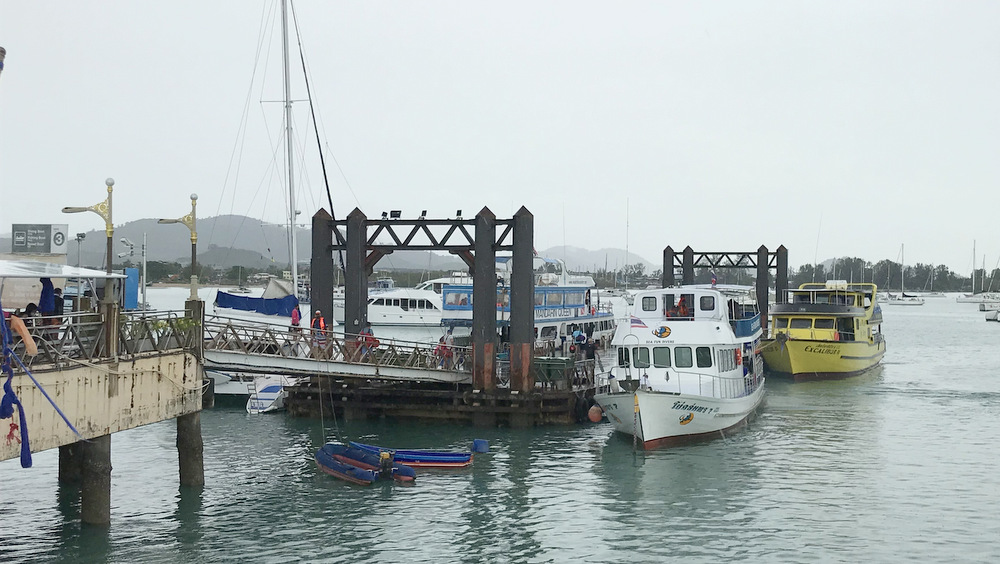 チャロン港の週末の桟橋